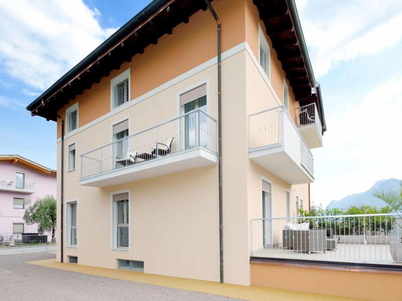 Appartamento Melograno – terrazzo con accesso da camera e salotto – vista Castello di Arco – Agritur Il Melograno